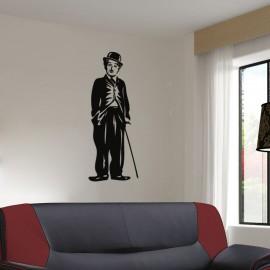 Charlie Chaplin debout