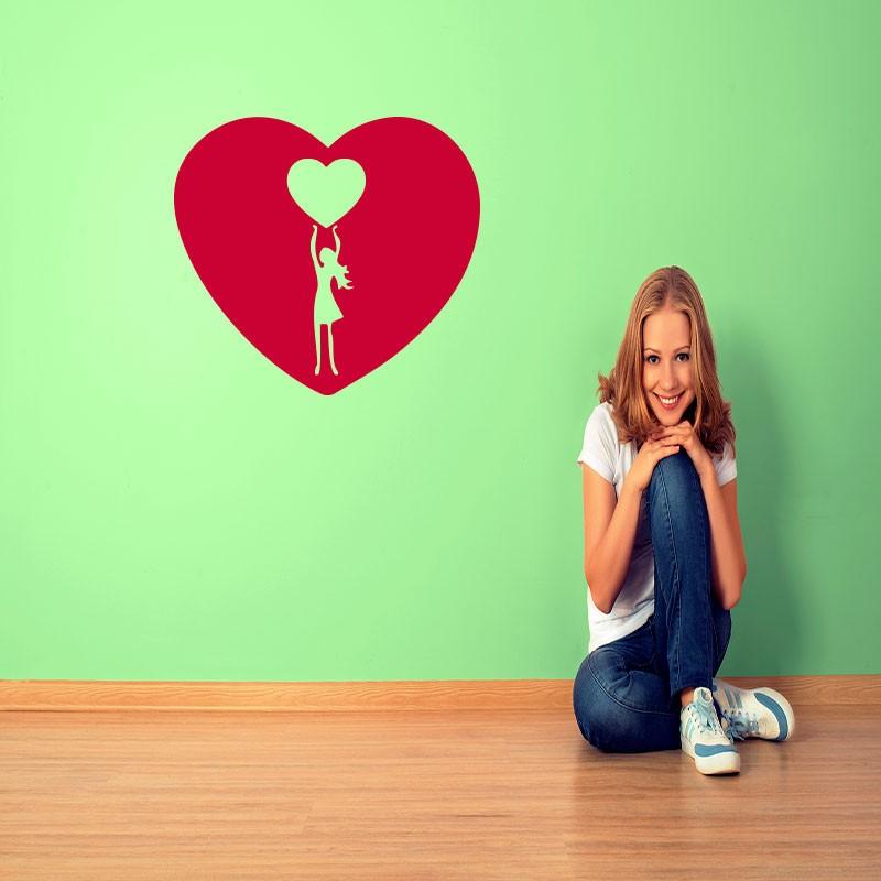 Fille tenant un coeur